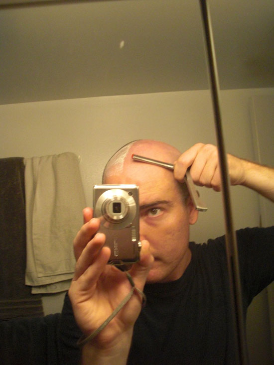 A picture showing how I hold the shavette razor
